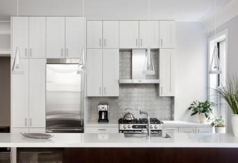 pastilhas metalizadas em cozinha com mobiliário branco