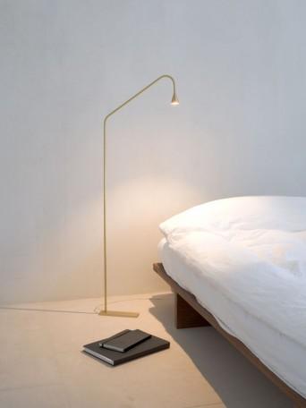 luminária de piso dourada em quarto