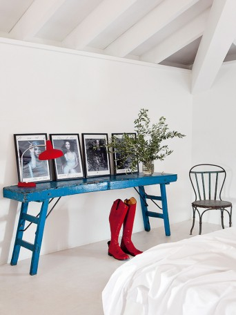 aparador em madeira azul em quarto