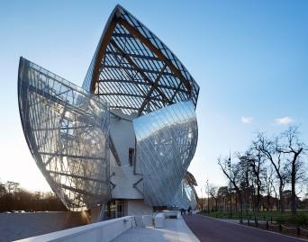Fachada com estrutura de metal e vidro