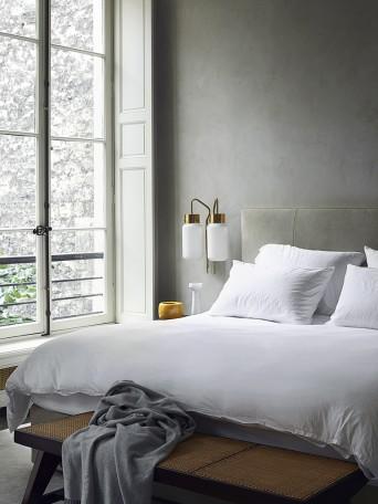 quarto com luminaria de parede