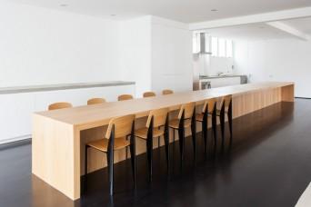 sala de janta com mesa integrada a cozinha