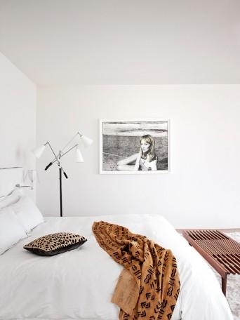 luminária de piso Triennale em quarto branco