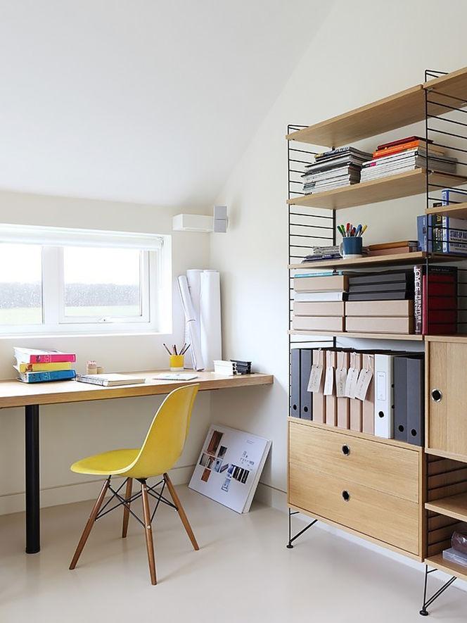 Home Office com Estante e Cadeira Amarela