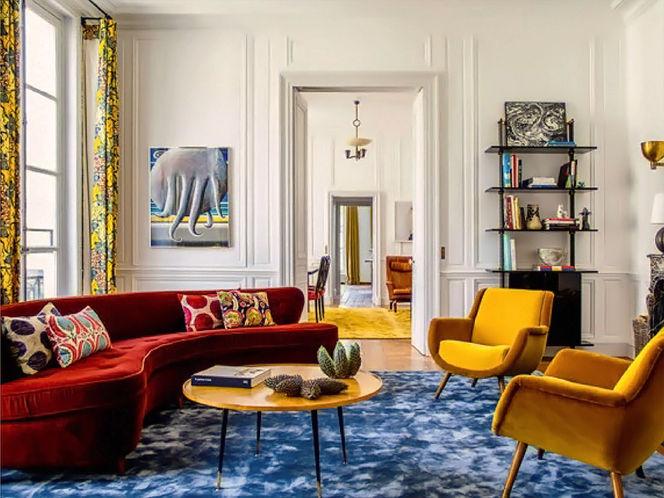 Living com Tapete Azul e Mobiliário Colorido